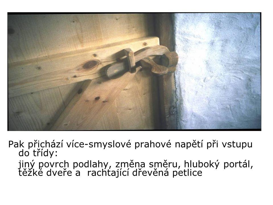 Pak přichází více-smyslové prahové napětí při vstupu do třídy: jiný povrch podlahy, změna směru, hluboký portál, těžké dveře a rachtající dřevěná petlice