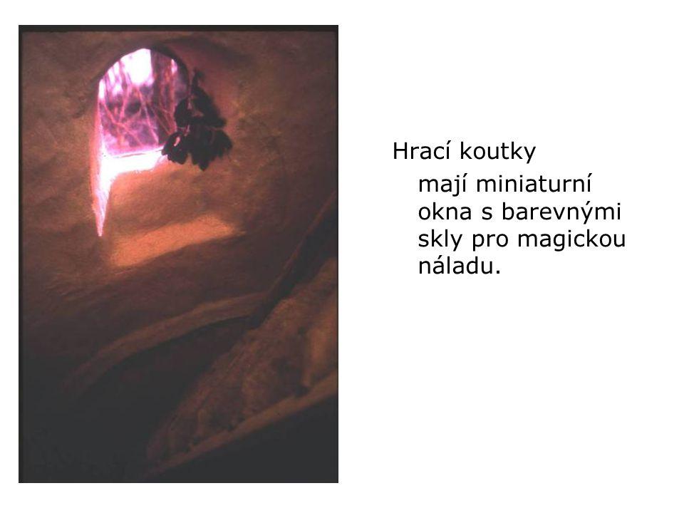 Hrací koutky mají miniaturní okna s barevnými skly pro magickou náladu.