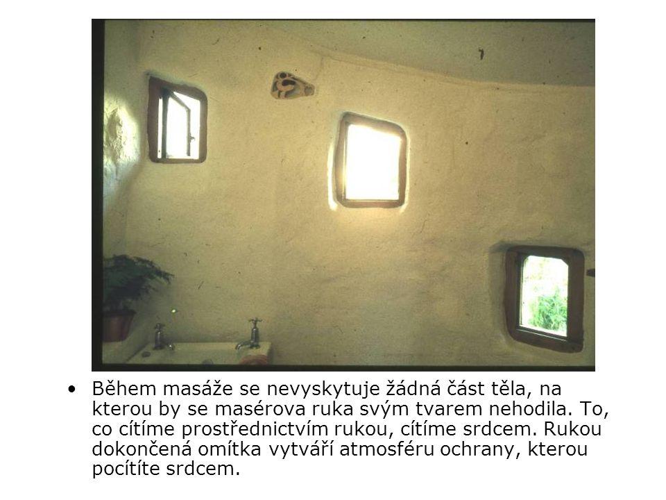 Tvrdý, čtvercový pokoj změkčen novým oknem, ručně dodělanou omítkou a lazurovou malbou.