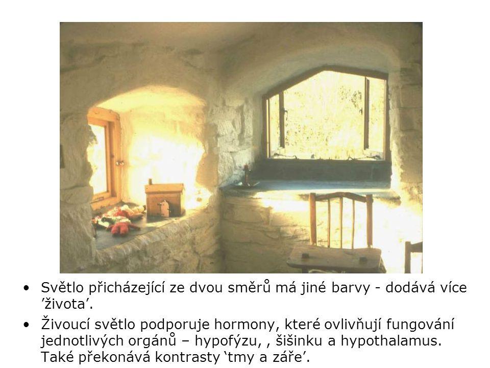 •Hluboká okna odkrývají a umocňují střední tóny mezi zářícím vnějškem a tmavším vnitřkem.