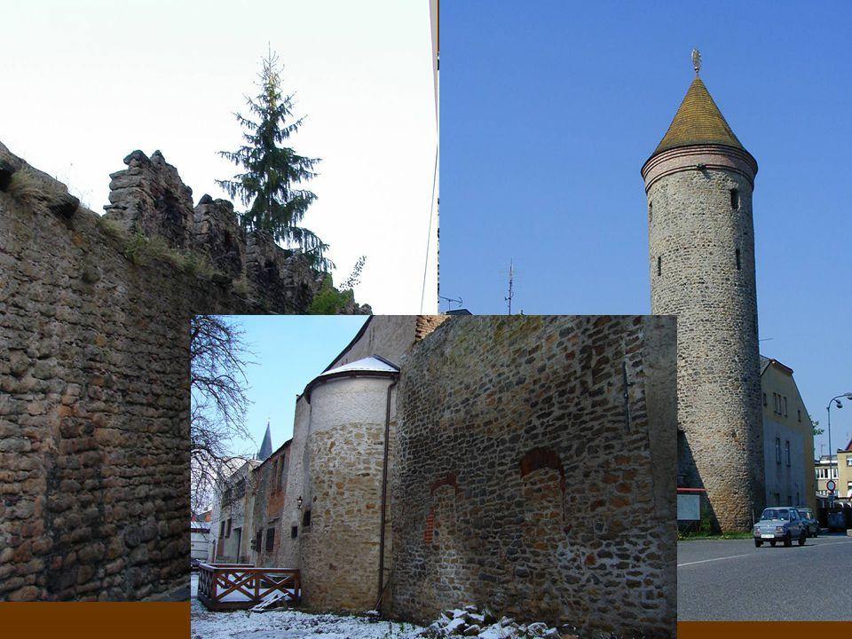  Z počátku 14. století pochází městské opevnění, jehož výška dosahovala 5,5 – 9 metrů  Opevnění uzavíraly 4 brány s věžemi: JV Hradišťská brána (v b