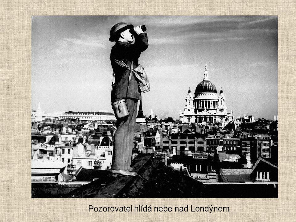 Pozorovatel hlídá nebe nad Londýnem