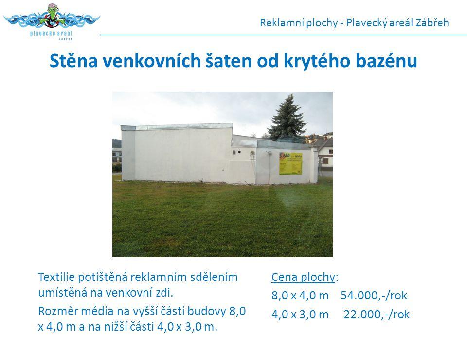 Stěna venkovních šaten od krytého bazénu Textilie potištěná reklamním sdělením umístěná na venkovní zdi. Rozměr média na vyšší části budovy 8,0 x 4,0