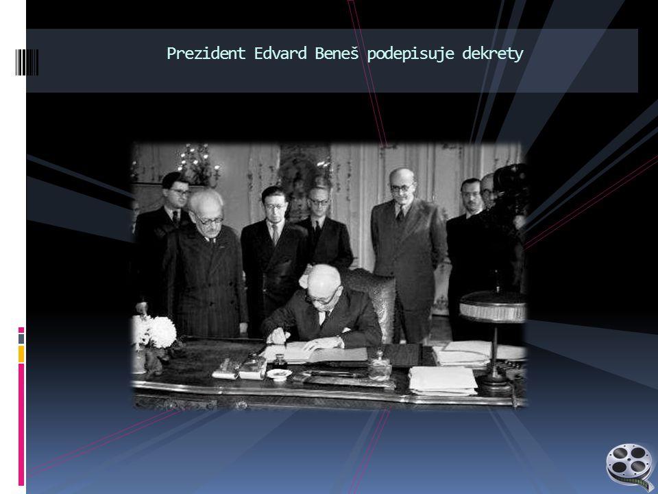 Prezident Edvard Beneš podepisuje dekrety