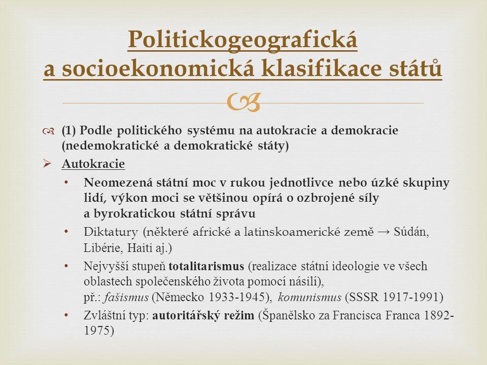   (1) Podle politického systému na autokracie a demokracie (nedemokratické a demokratické státy)  Autokracie • Neomezená státní moc v rukou jednotl