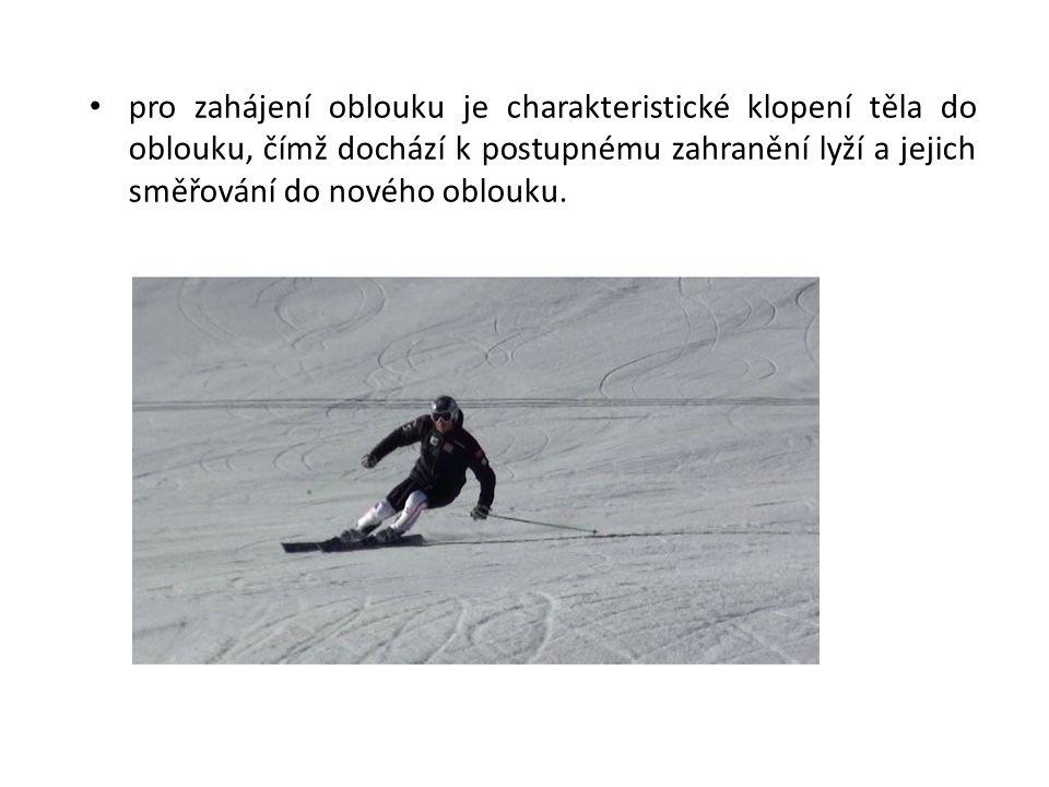 • pro zahájení oblouku je charakteristické klopení těla do oblouku, čímž dochází k postupnému zahranění lyží a jejich směřování do nového oblouku.