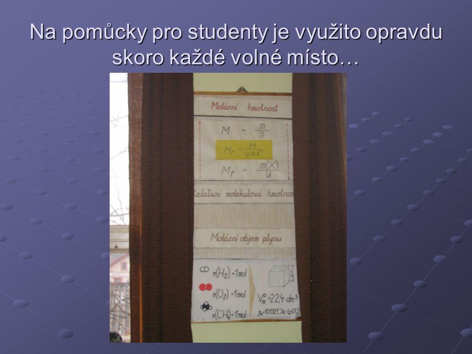 Na pomůcky pro studenty je využito opravdu skoro každé volné místo…