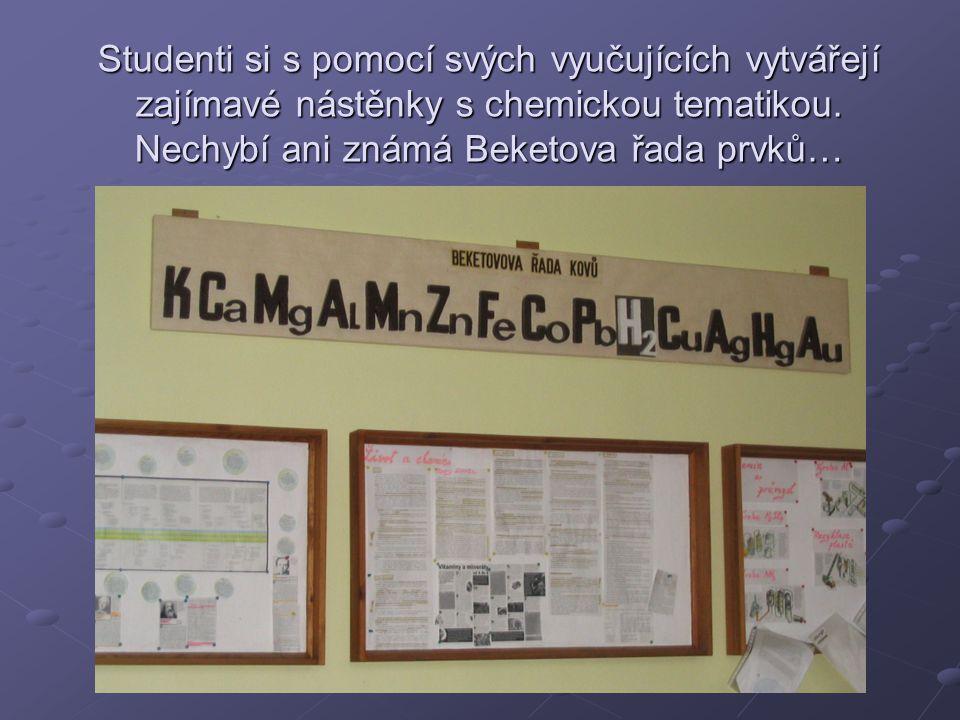 Studenti si s pomocí svých vyučujících vytvářejí zajímavé nástěnky s chemickou tematikou. Nechybí ani známá Beketova řada prvků…