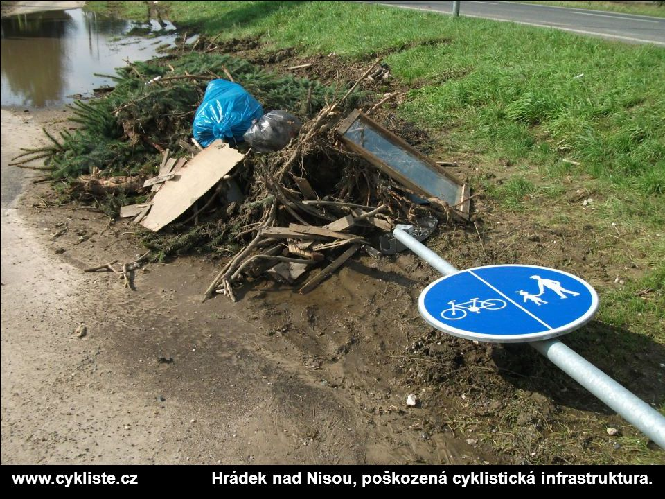 www.cykliste.czHrádek nad Nisou, poškozená cyklistická infrastruktura.
