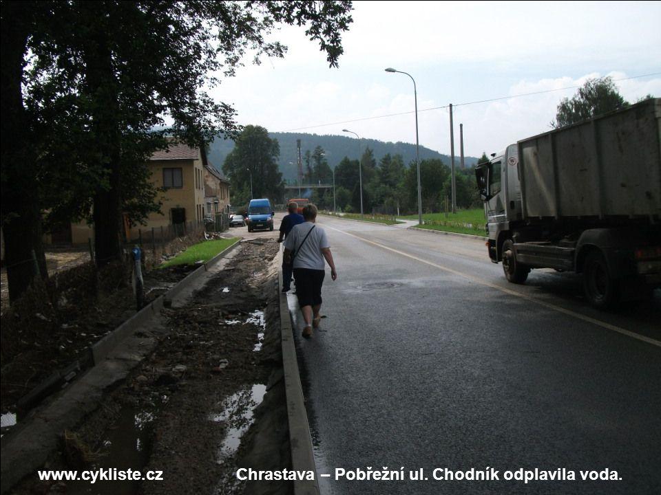 www.cykliste.czChrastava – Pobřežní ul. Chodník odplavila voda.