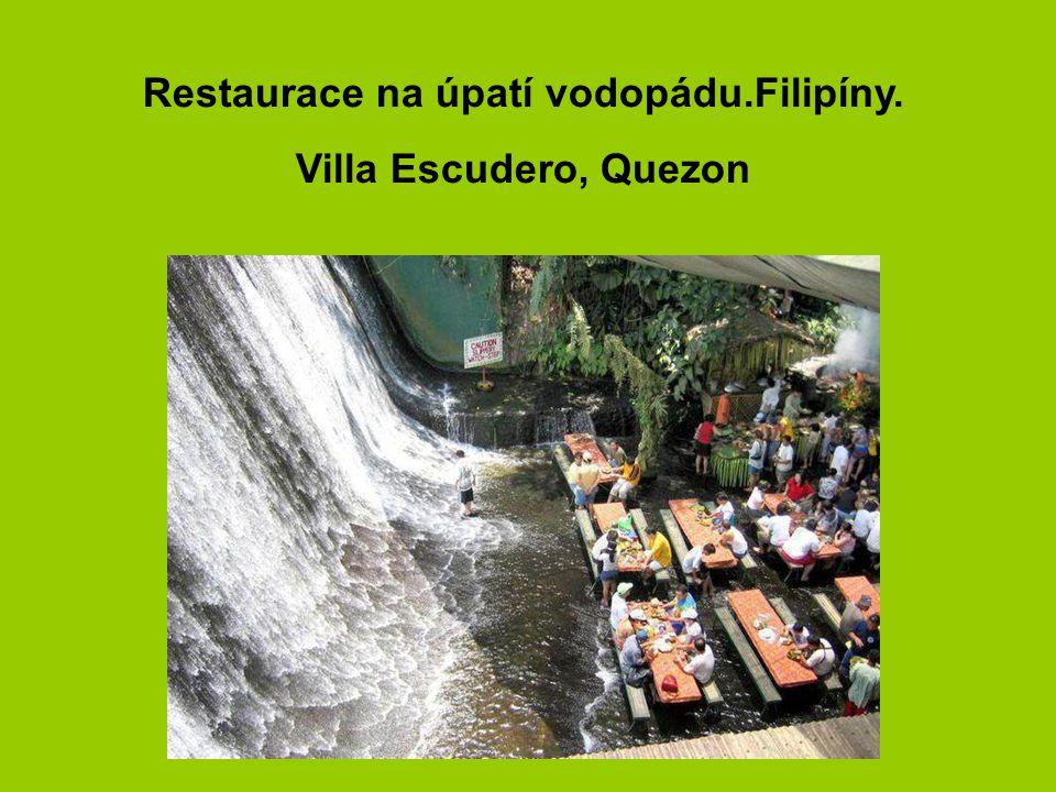 6 Restaurace na úpatí vodopádu.Filipíny. Villa Escudero, Quezon