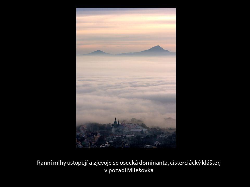 Světla přibývá, objevuje se Bořeň, v dálce kouř z komínů mělnické elektrárny