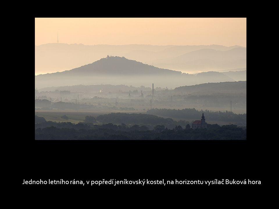 Ranní mlhy ustupují a zjevuje se osecká dominanta, cisterciácký klášter, v pozadí Milešovka