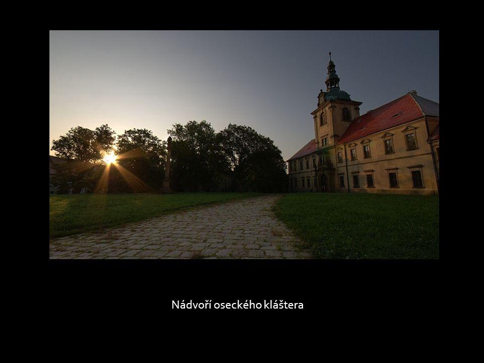 Jednoho letního rána, v popředí jeníkovský kostel, na horizontu vysílač Buková hora