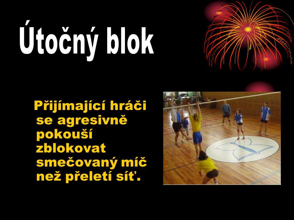 Přijímající hráči se agresivně pokouší zblokovat smečovaný míč než přeletí síť.