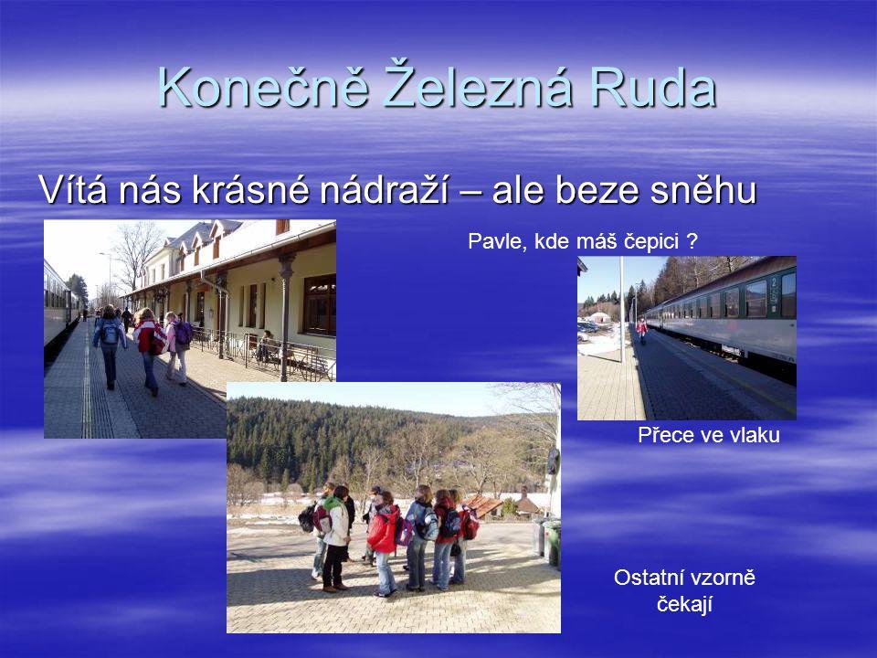 Konečně Železná Ruda Vítá nás krásné nádraží – ale beze sněhu Pavle, kde máš čepici .