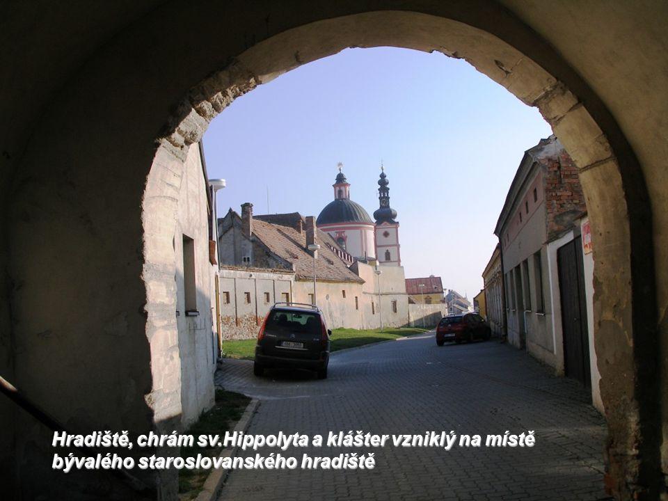 Hradiště, chrám sv.Hippolyta a klášter křížovníků s červenou hvězdou z konce 13.stol