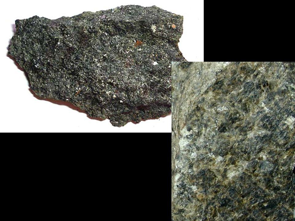 Žilné horniny • intruze magmatu do volných prostor v okolní hornině (sekundární zóny oslabení horninového masívu – pukliny, zlomy, drcené zóny • vytvářejí deskovitá tělesa – žíly a shluky žil - žilné roje • rychlému chladnutí magmatu = rychlejší krystalizaci minerálů • vznik menších krystalů než je tomu u hlubinných hornin nebo část taveniny utuhne ve formě skla • některé minerály krystalizují již v magmatickém krbu před vlastní intruzí - tyto minerály pak vytvářejí vyrostlice (nejčastěji jde o vyrostlice draselných živců) – porfyrická struktura Porfyry a porfyrity • mají mineralogicky a chemicky stejné složení jako jejich hlubinné horninové ekvivalenty • klasifikují se podle stejných pravidel jako hlubinné horniny • označení podle mineralogické klasifikace, tedy: granitový porfyr, gabrový porfyr, syenitový porfyr, atd.