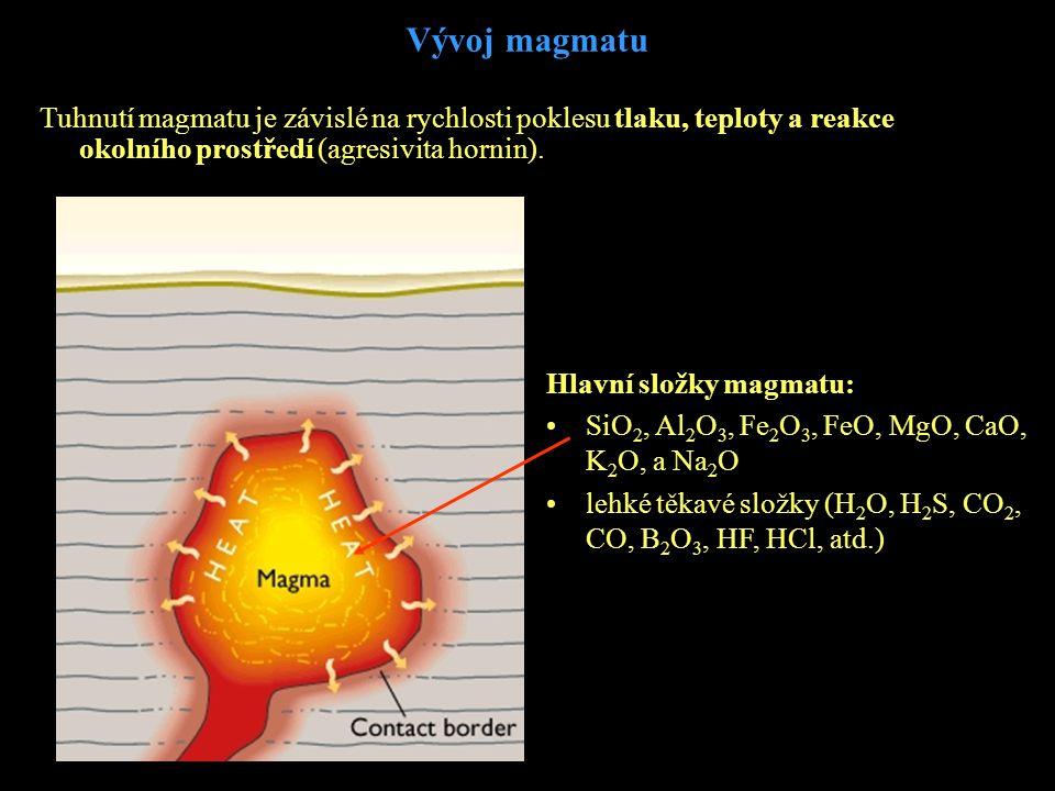 Vývoj magmatu Tuhnutí magmatu je závislé na rychlosti poklesu tlaku, teploty a reakce okolního prostředí (agresivita hornin). Hlavní složky magmatu: •