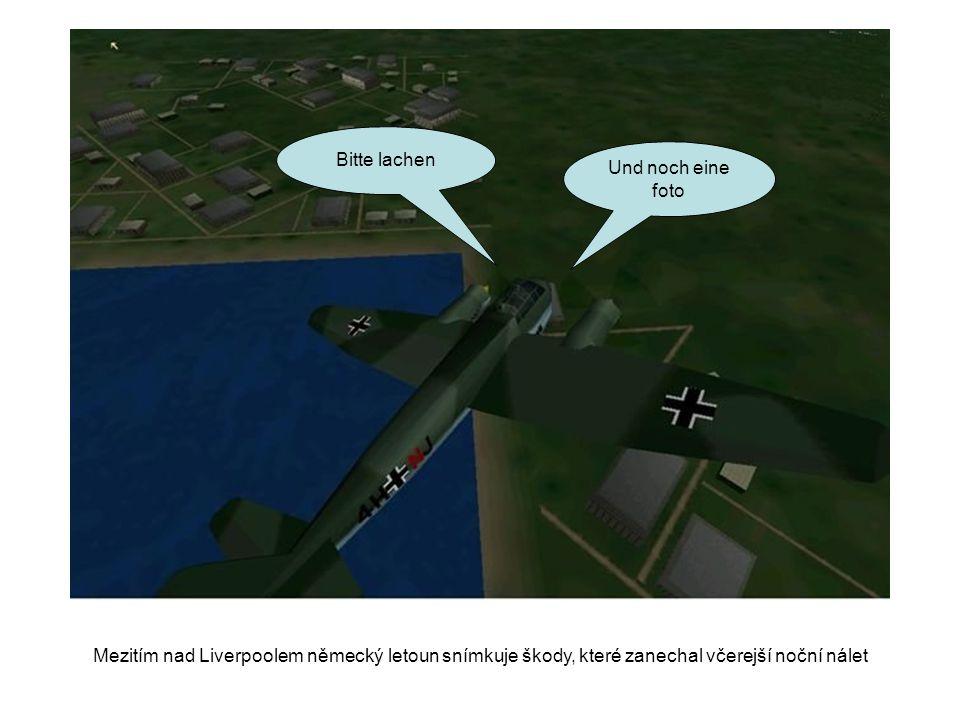 Bitte lachen Und noch eine foto Mezitím nad Liverpoolem německý letoun snímkuje škody, které zanechal včerejší noční nálet