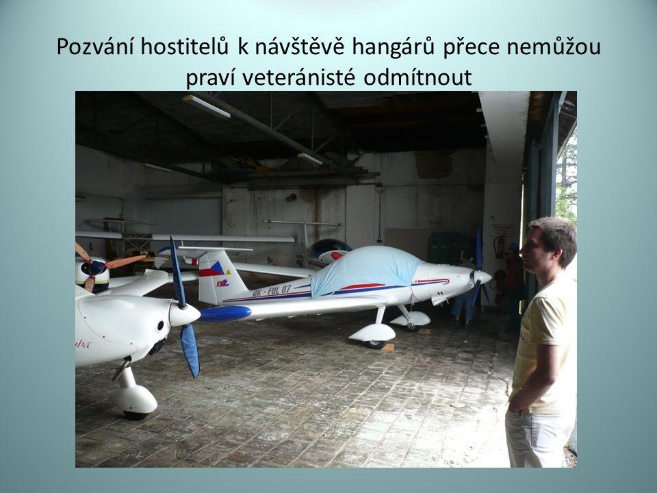 Pozvání hostitelů k návštěvě hangárů přece nemůžou praví veteránisté odmítnout