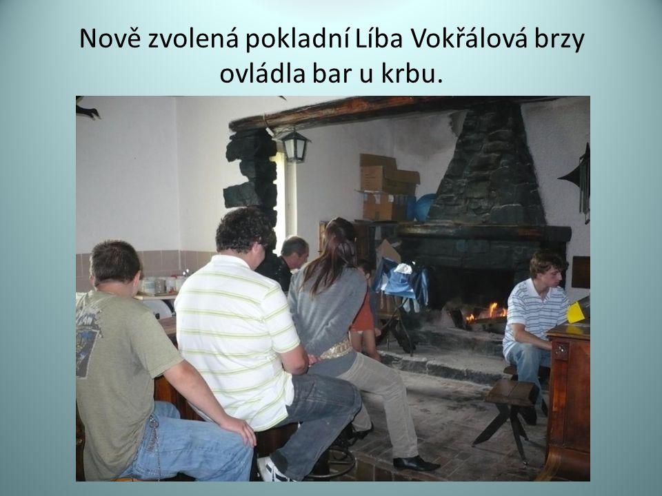 Nově zvolená pokladní Líba Vokřálová brzy ovládla bar u krbu.
