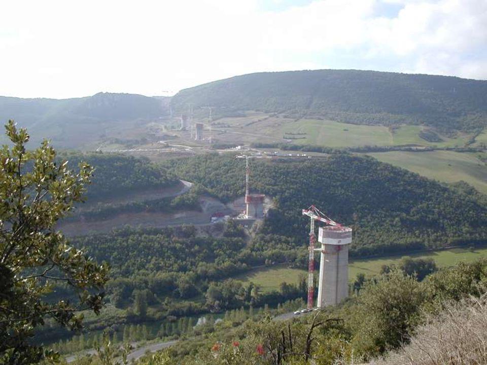 Millau, nejvyšší most světa Je ve výšce 245 metrů nad zemí, váží 400 000 tun, odolá větru 210 kilometrů za hodinu a jeho výstavba stála téměř 300 milionů euro.