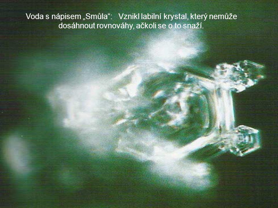 """Voda s nápisem """"Smůla : Vznikl labilní krystal, který nemůže dosáhnout rovnováhy, ačkoli se o to snaží."""