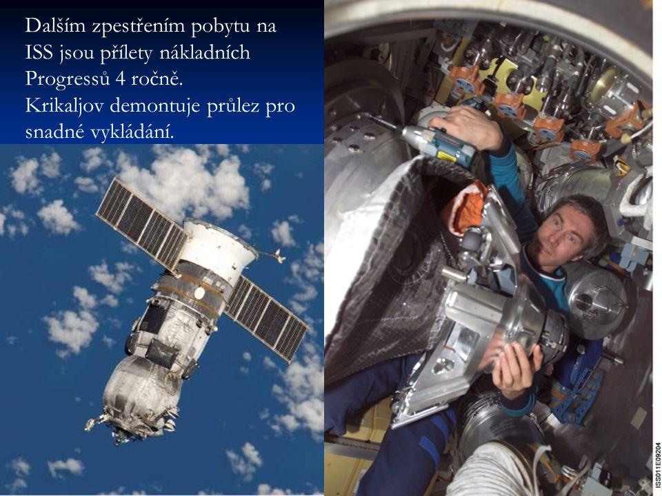 Dalším zpestřením pobytu na ISS jsou přílety nákladních Progressů 4 ročně. Krikaljov demontuje průlez pro snadné vykládání.