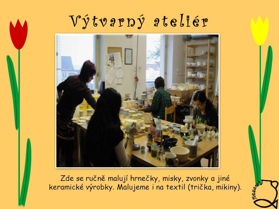 Výtvarný ateliér Zde se ručně malují hrnečky, misky, zvonky a jiné keramické výrobky. Malujeme i na textil (trička, mikiny).