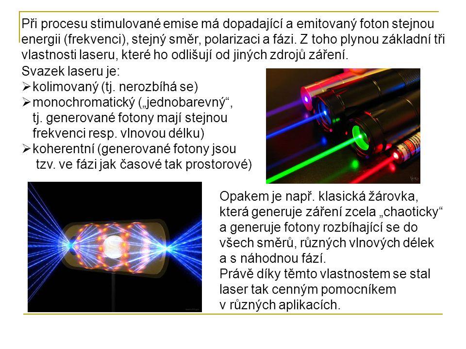 Při procesu stimulované emise má dopadající a emitovaný foton stejnou energii (frekvenci), stejný směr, polarizaci a fázi.