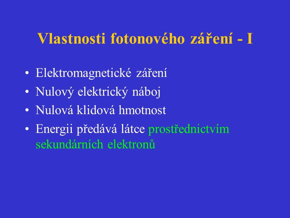 Vlastnosti fotonového záření - I •Elektromagnetické záření •Nulový elektrický náboj •Nulová klidová hmotnost •Energii předává látce prostřednictvím sekundárních elektronů