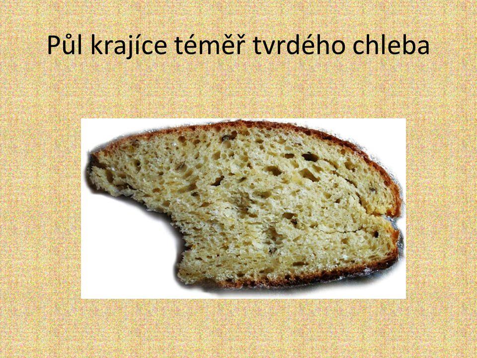 Půl krajíce téměř tvrdého chleba