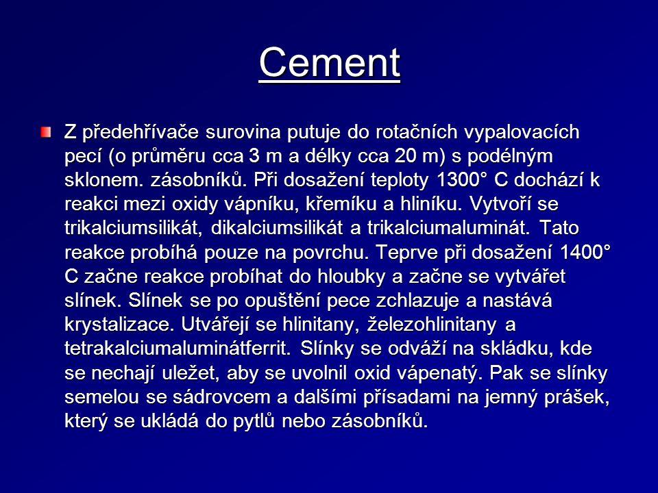 Cement Z předehřívače surovina putuje do rotačních vypalovacích pecí (o průměru cca 3 m a délky cca 20 m) s podélným sklonem.
