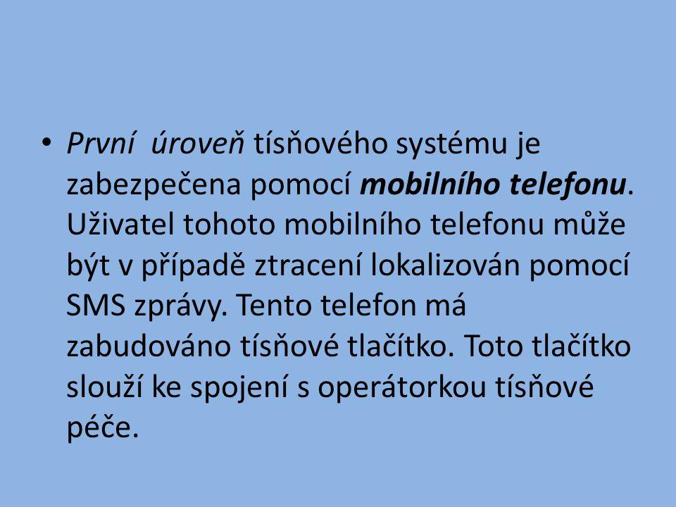 • První úroveň tísňového systému je zabezpečena pomocí mobilního telefonu. Uživatel tohoto mobilního telefonu může být v případě ztracení lokalizován