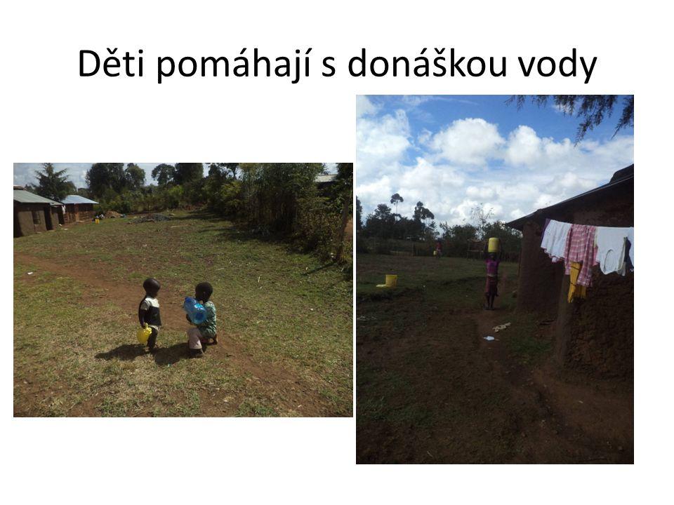 Děti pomáhají s donáškou vody