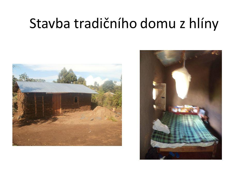 Stavba tradičního domu z hlíny
