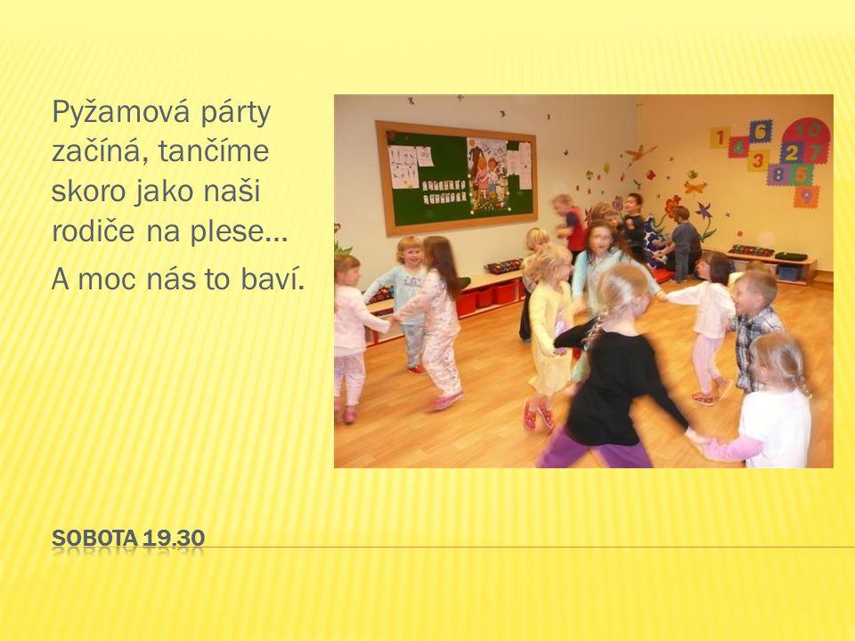 Pyžamová párty začíná, tančíme skoro jako naši rodiče na plese… A moc nás to baví.