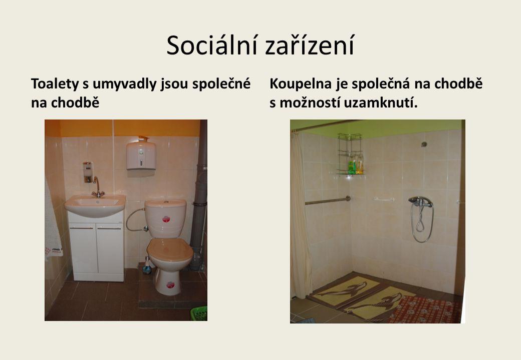 Sociální zařízení Toalety s umyvadly jsou společné na chodbě Koupelna je společná na chodbě s možností uzamknutí.