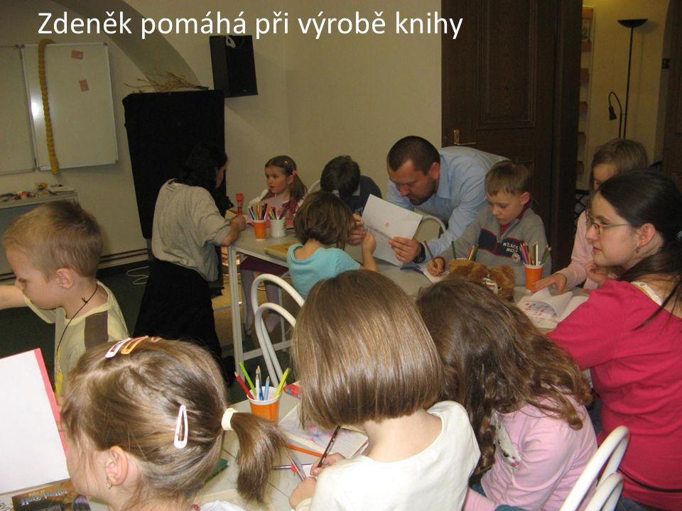 Zdeněk pomáhá při výrobě knihy
