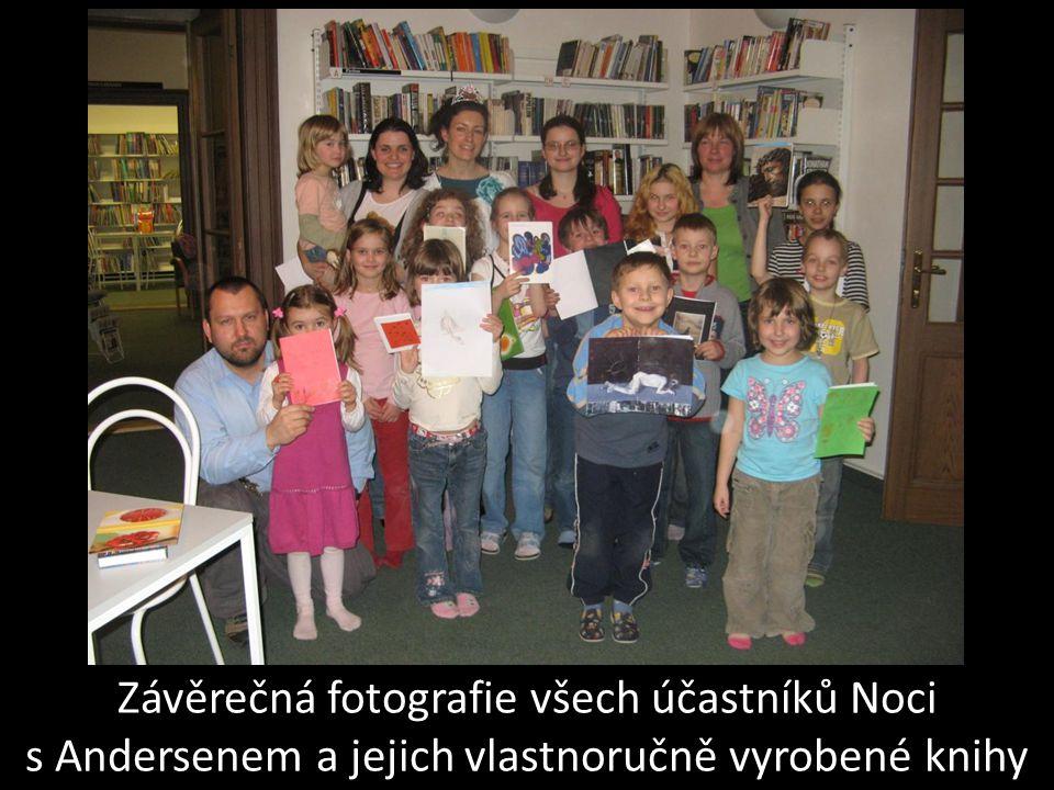 Závěrečná fotografie všech účastníků Noci s Andersenem a jejich vlastnoručně vyrobené knihy