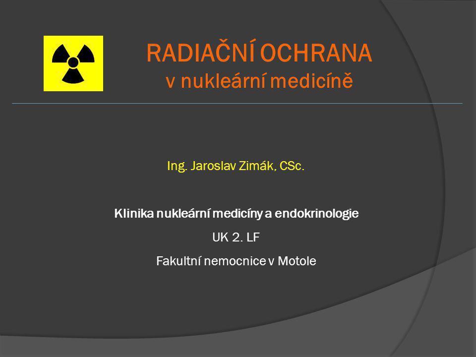 ZÁKLADNÍ LIMITY efektivní dávka *) ekvivalentní dávka oční čočka 1 cm 2 kůže ruce, nohy **) obecné limity 1 mSv/1 rok, 5 mSv/5 let 15 mSv50 mSv radiační pracovníci 50 mSv/1 rok, 100 mSv/5 let 150 mSv500 mSv studenti a učni (16- 18let) 6 mSv50 mSv150 mSv *) součet efektivních dávek ze zevního ozáření a úvazků efektivních dávek z vnitřního ozáření **) ruce od prstů až po předloktí a na nohy od chodidel až po kotníky Nejsou přímo měřitelné  byly zavedeny odvozené limity