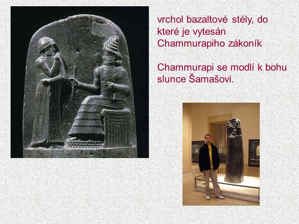 vrchol bazaltové stély, do které je vytesán Chammurapiho zákoník Chammurapi se modlí k bohu slunce Šamašovi.