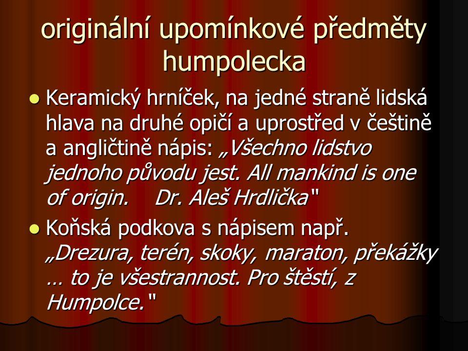 """originální upomínkové předměty humpolecka  Keramický hrníček, na jedné straně lidská hlava na druhé opičí a uprostřed v češtině a angličtině nápis: """"Všechno lidstvo jednoho původu jest."""