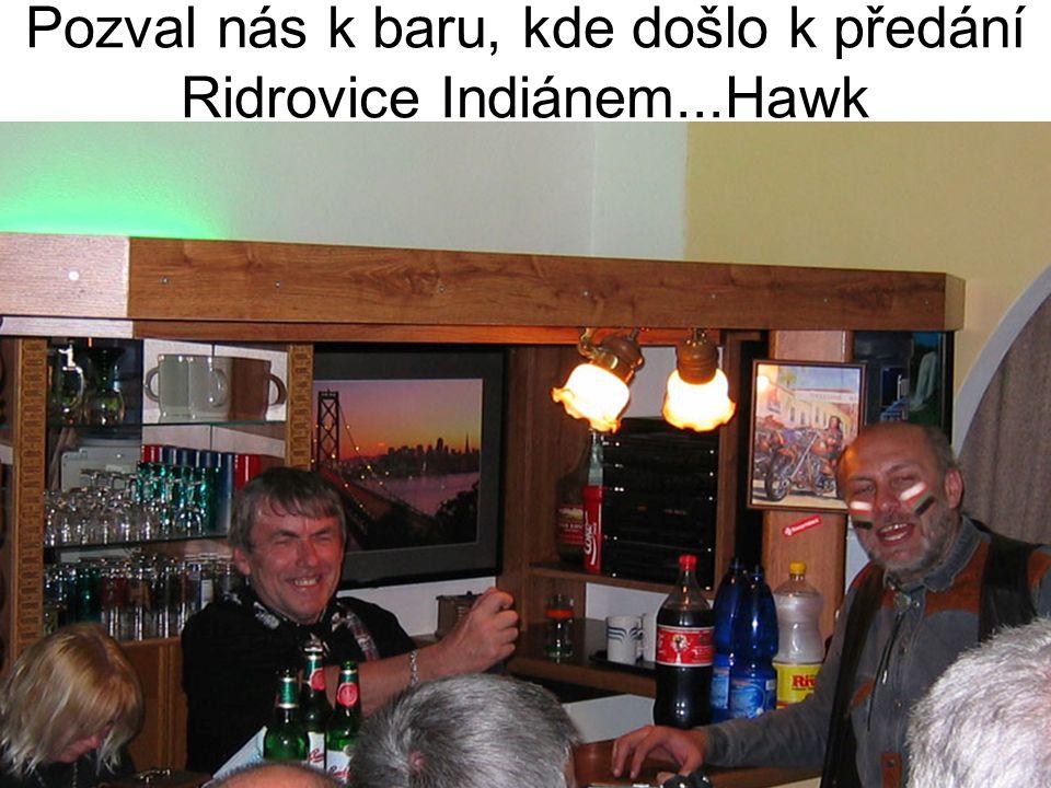 Pozval nás k baru, kde došlo k předání Ridrovice Indiánem...Hawk