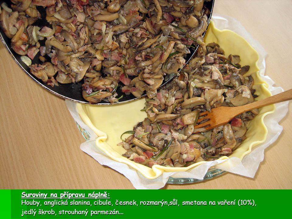 Houbový koláč s parmezánem Příprava: nakrájenou anglickou slaninu a houby, cibuli a česnek spolu poduste, přidejte rozmarýn, osolte a odstavte.