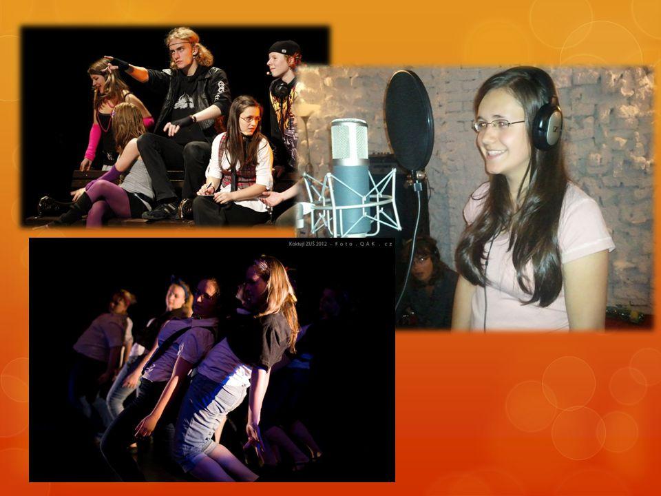 """Anežka Gráttová  Miluje hudbu!  Chodí na sólový zpěv a do tanečního oddělení Základní umělecké školy v JBC.  Účinkovala v muzikálu """"Filmový Fanda""""."""