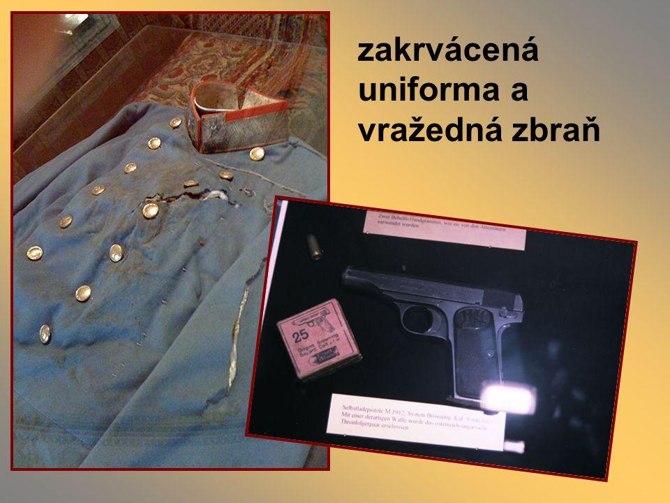 zakrvácená uniforma a vražedná zbraň
