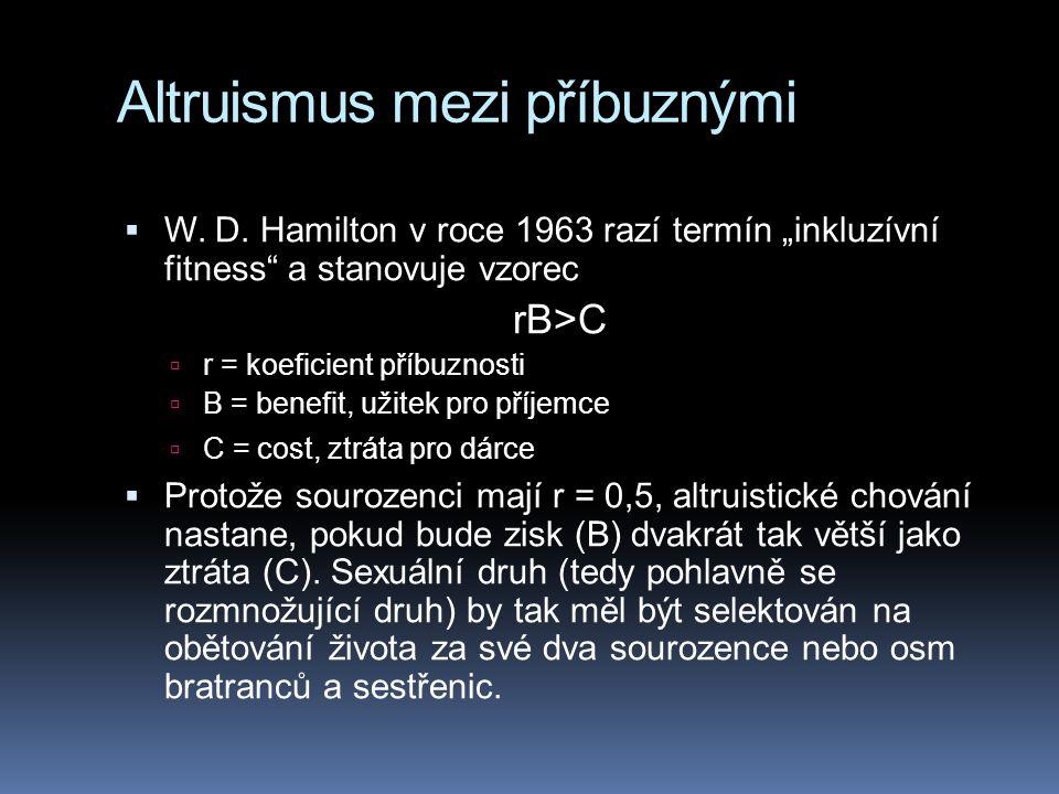 """Altruismus mezi příbuznými  W. D. Hamilton v roce 1963 razí termín """"inkluzívní fitness"""" a stanovuje vzorec rB>C  r = koeficient příbuznosti  B = be"""