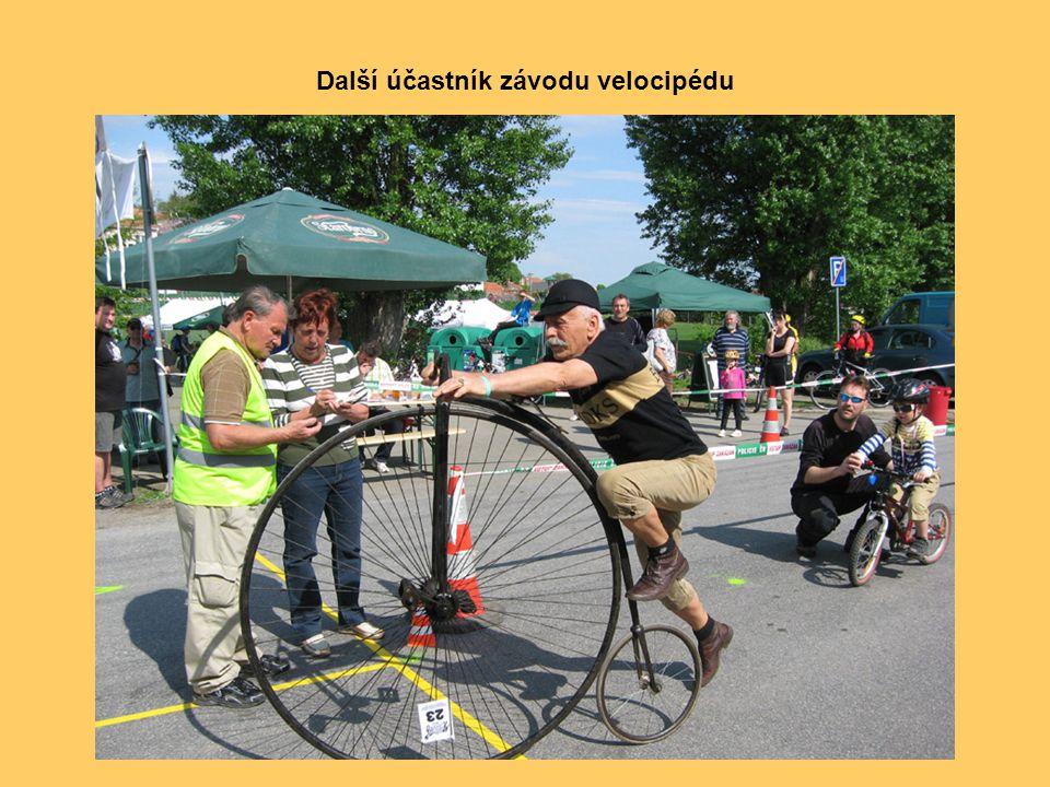 Závodu se na svém historickém vysokém kole, na kterém v r. 2005 absolvoval nejtěžší cyklistický závod Tour de France, zúčastnil také Josef Zimovčák